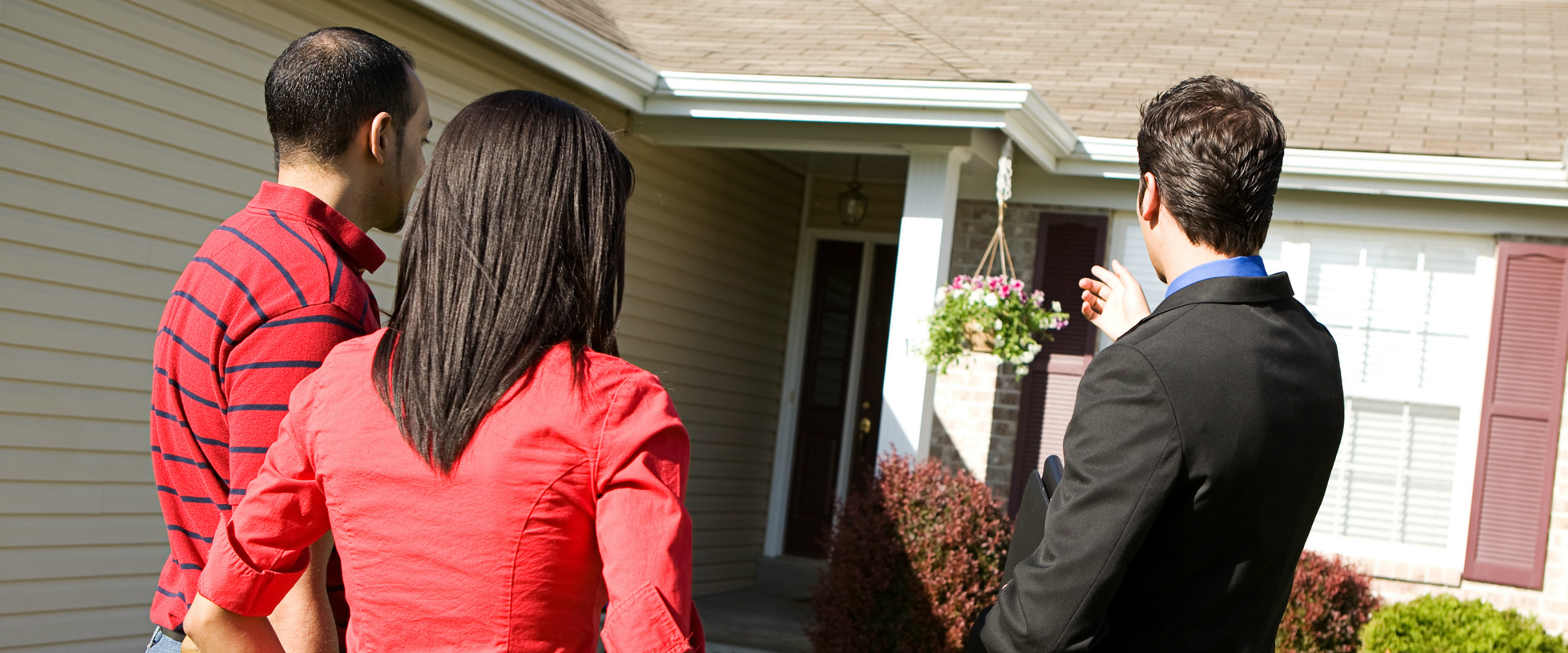 Agent showing home to couple 1800x750